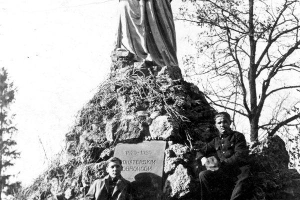 На фоні пам'ятника