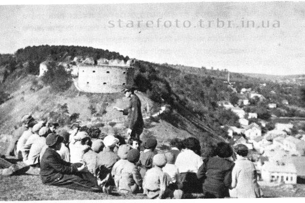 Діти на фоні замку